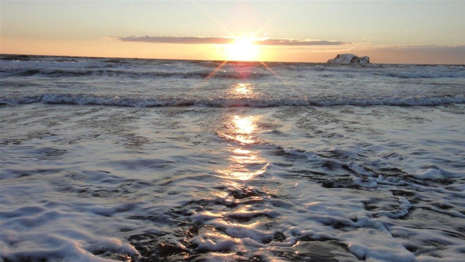 Le soleil se lève à l'horizon sur le golfe.