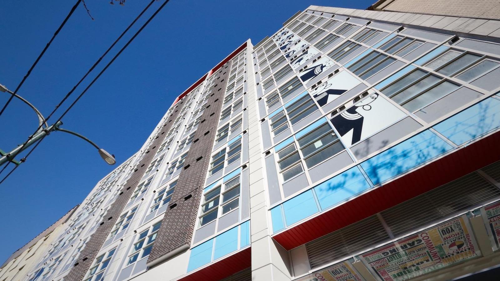 Vue en contre-plongée de l'immeuble Olivia Skye, sur la rue East Hastings, à Vancouver.