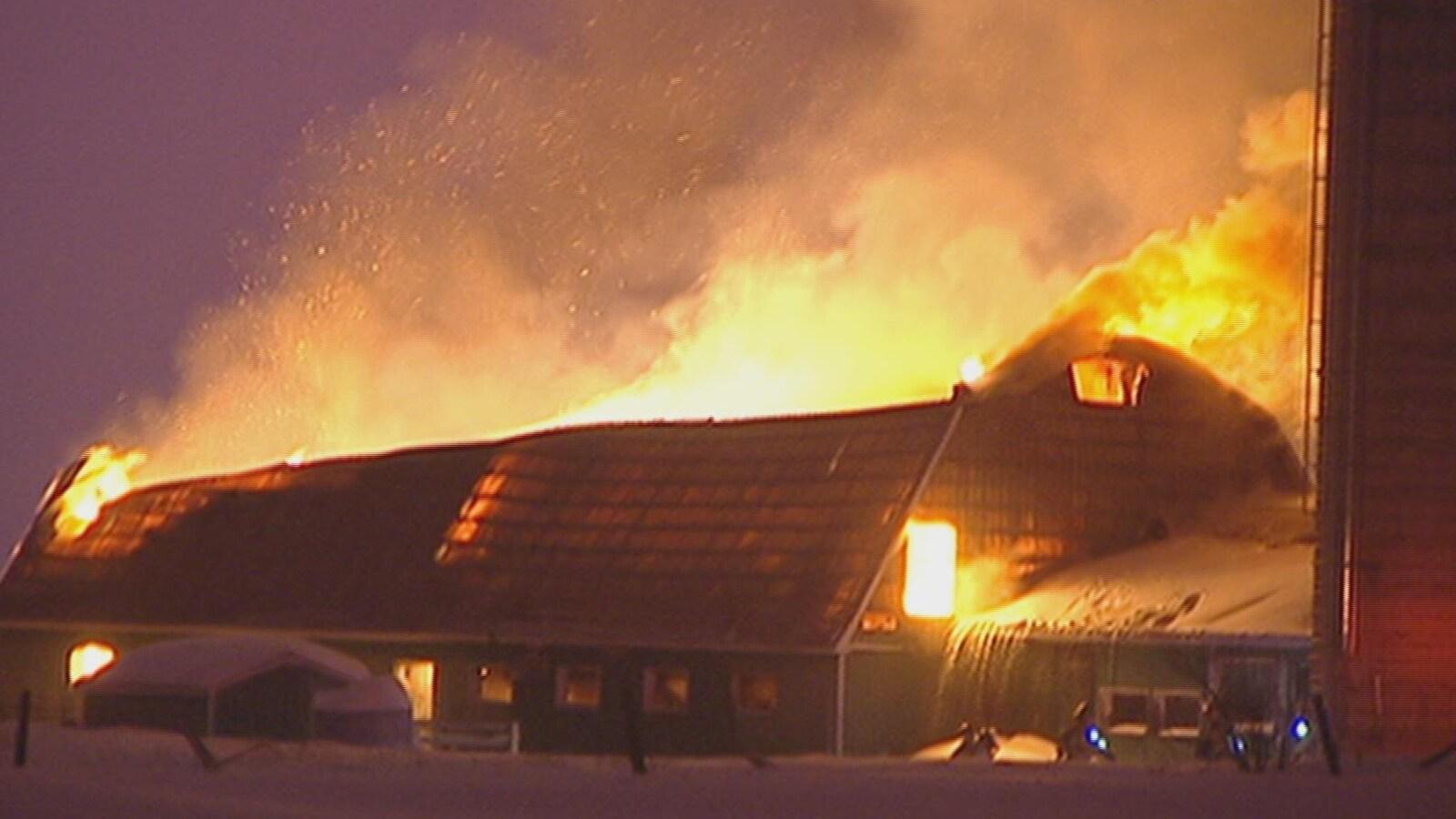 De vives flammes ravagent l'édifice.