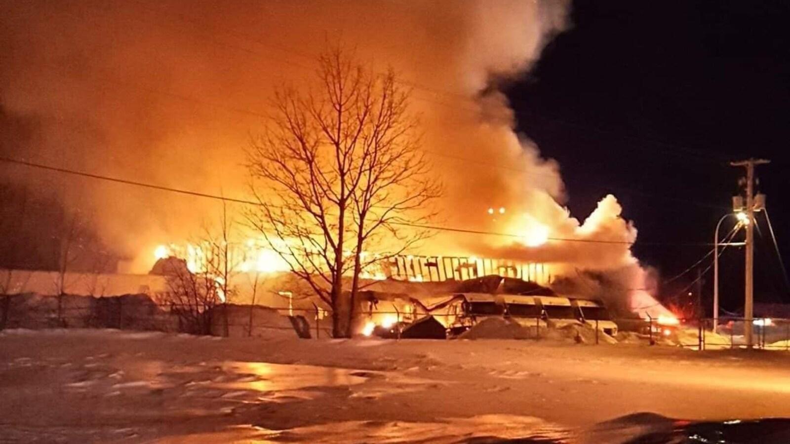Le bâtiment est la proie des flammes.