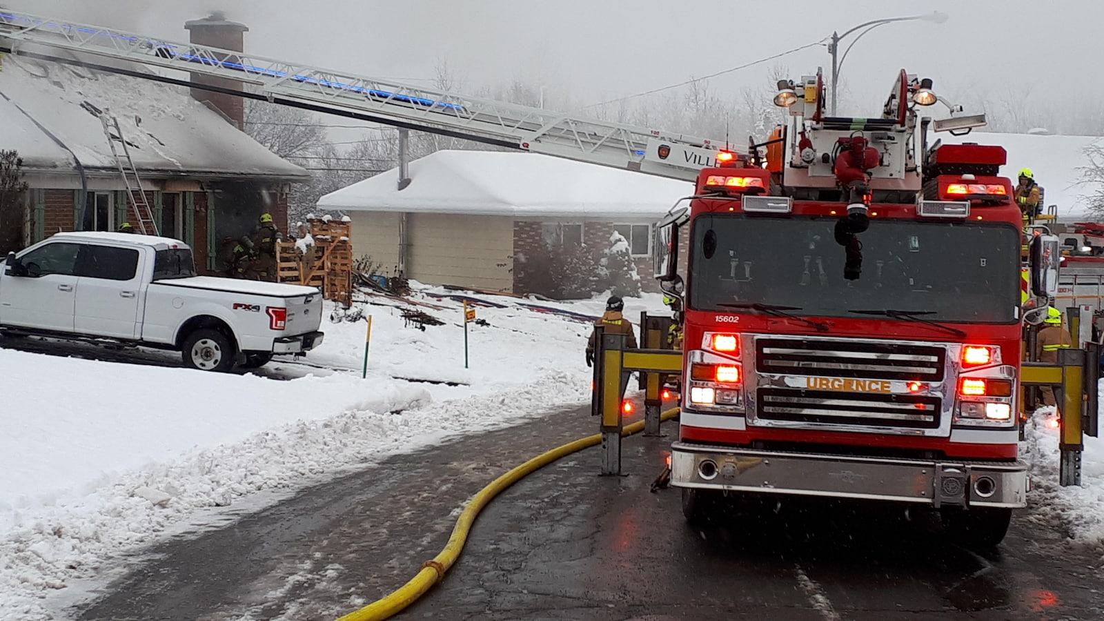 Les pompiers qui combattent un incendie dans une résidence de L'Ancienne-Lorette en novembre 2018