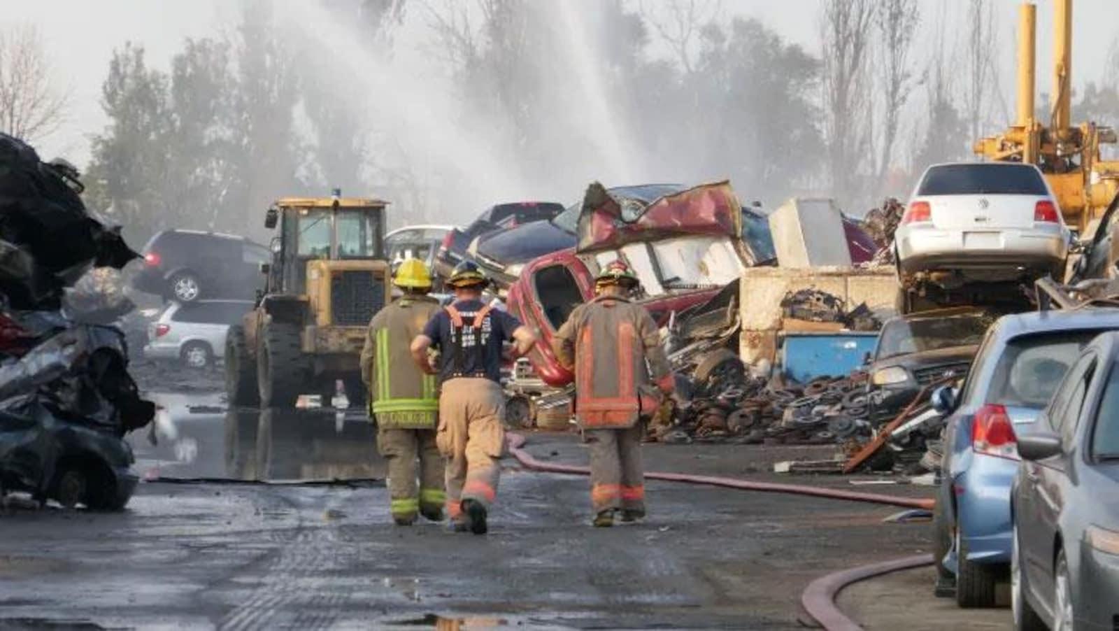 Des pompiers entourés de carcasses de voitures