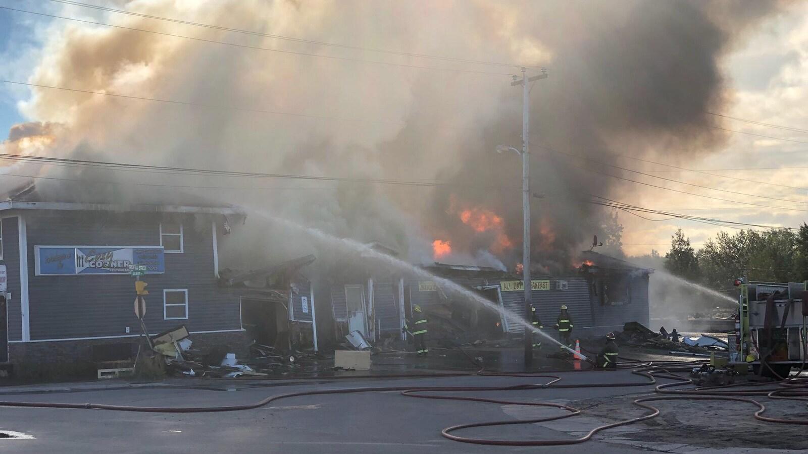 Des pompiers combattent un feu dans un restaurant.