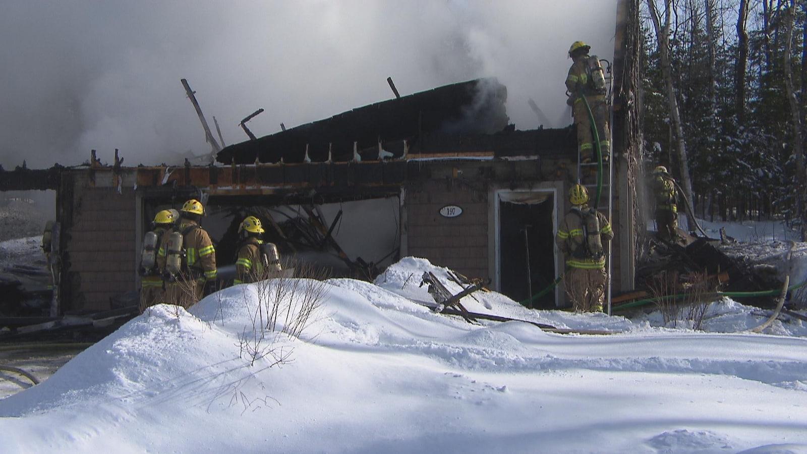 Un incendie a détruit une résidence de la rue Beaudry, dans le secteur Omerville à Magog. On voit ici qu'il ne reste que les quatre murs encore debout.