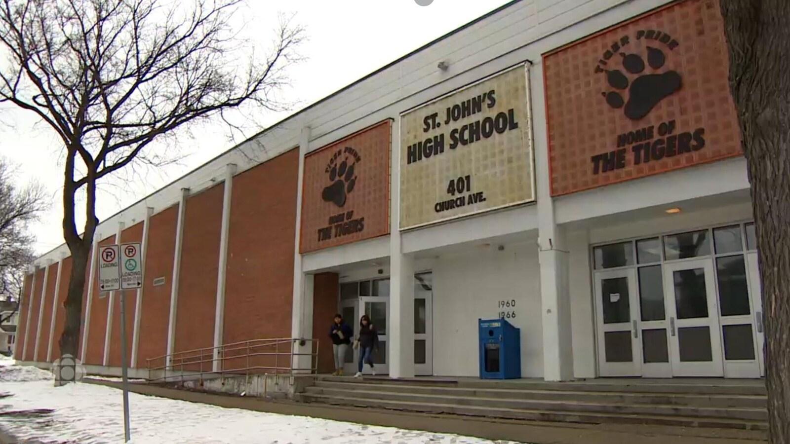 Vue de la façade de l'école secondaire St. John's High School.