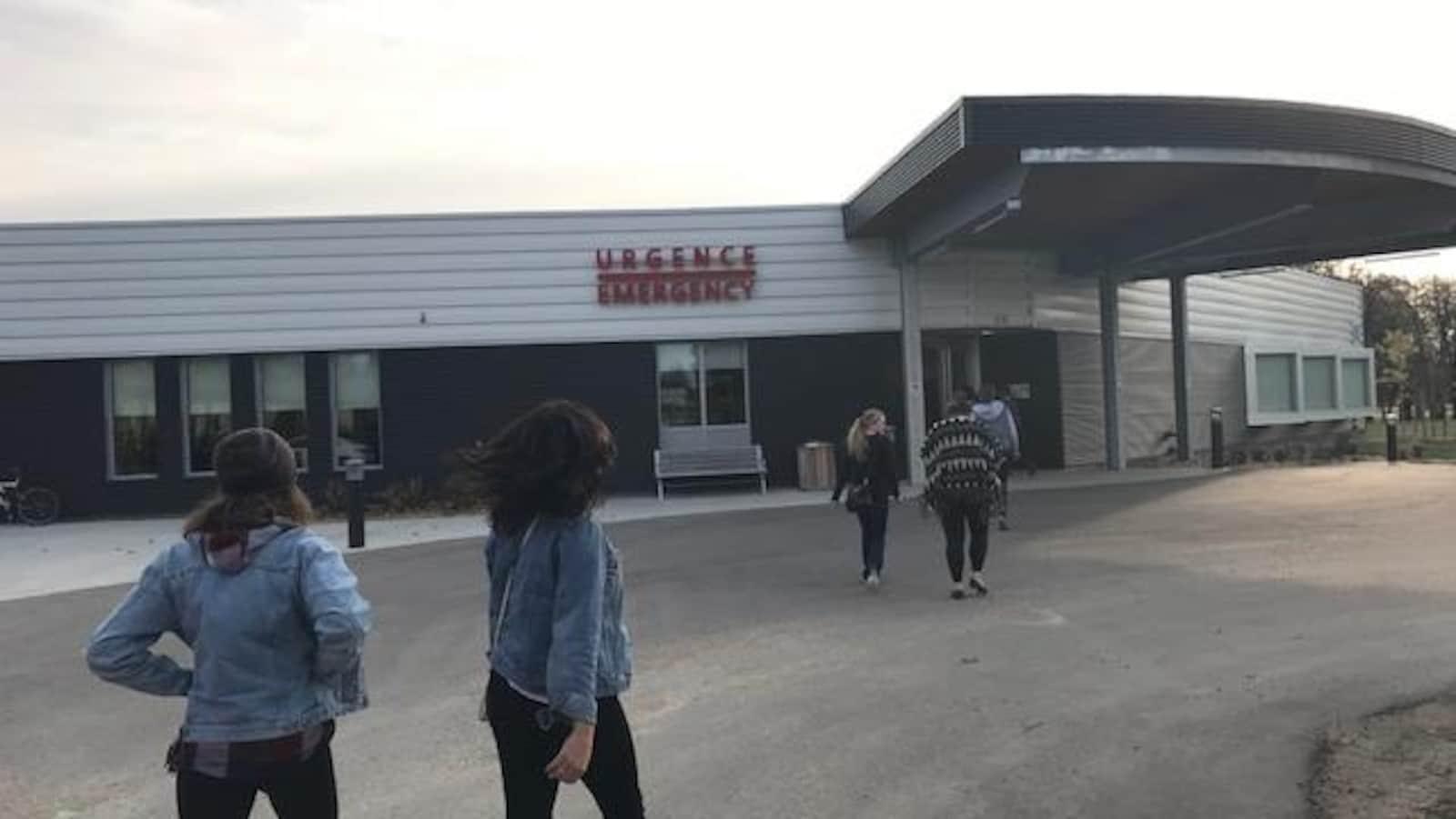 Des étudiants en soins infirmiers de l'Université de Saint-Boniface visitent une centre de soin en milieu rural.