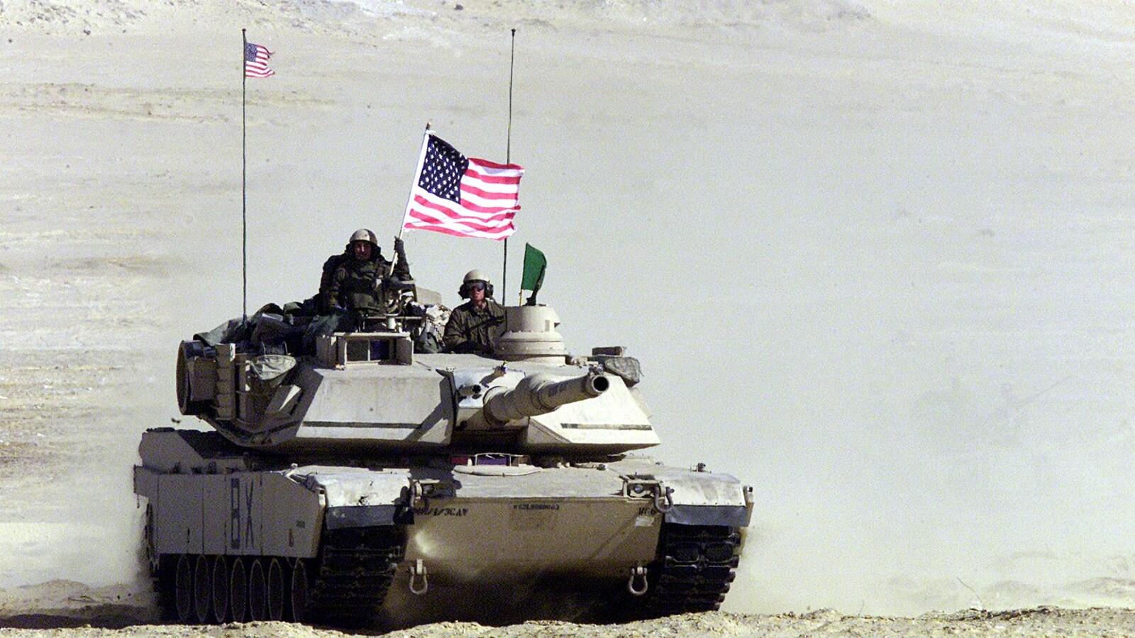Un tank avec le drapeau américain dans le désert