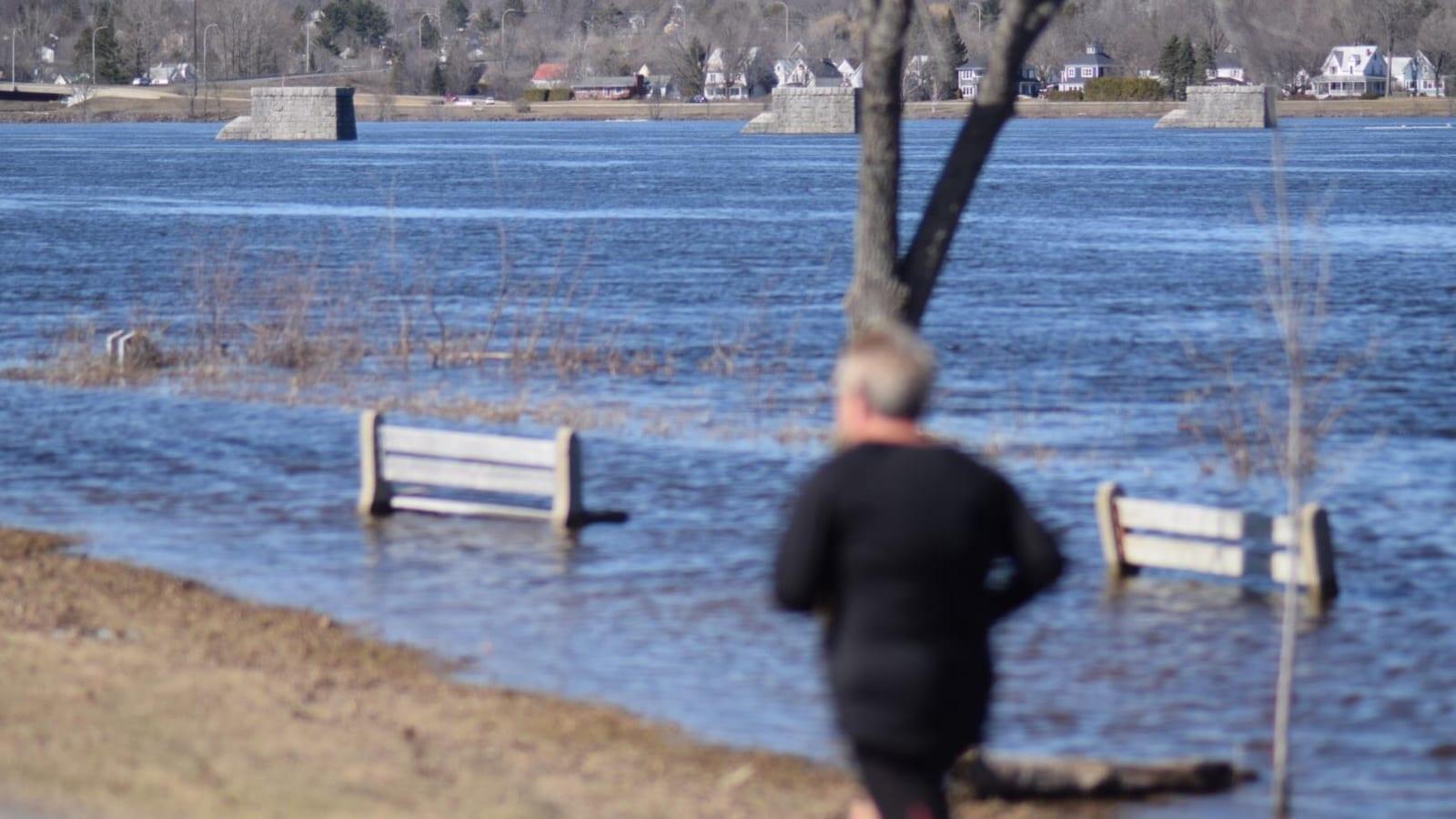 Un parc est englouti sous la crue des eaux à Fredricton.