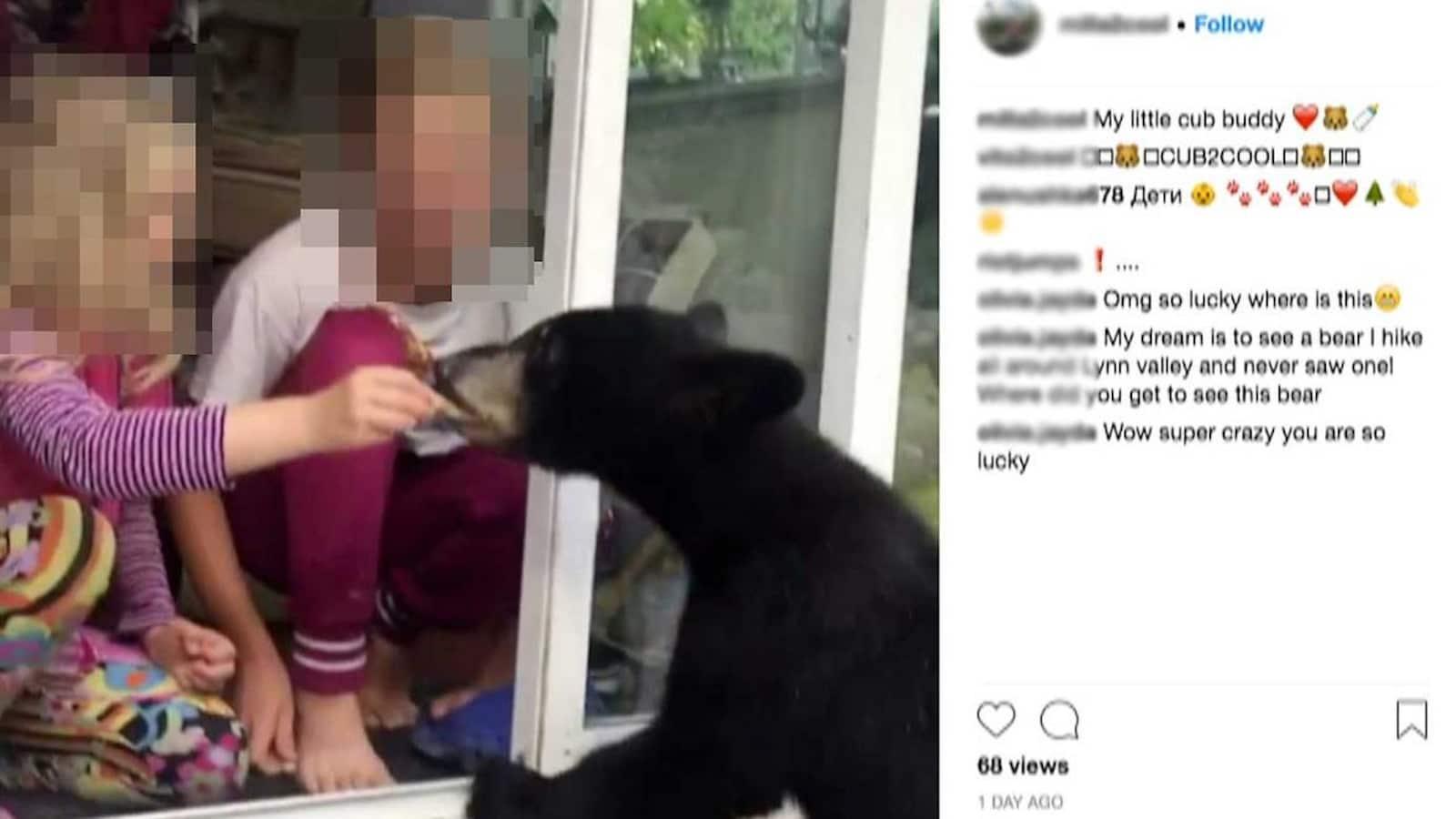 Deux filles nourrissent un ours noir.