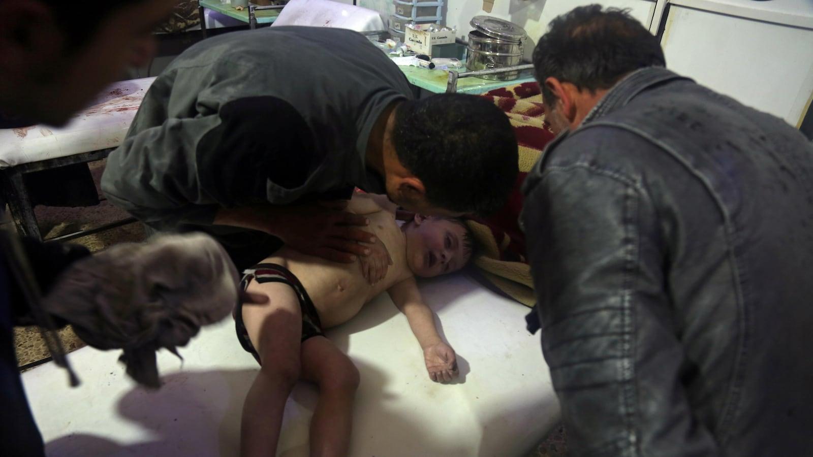 Un enfant reçoit des soins dans un hôpital syrien.