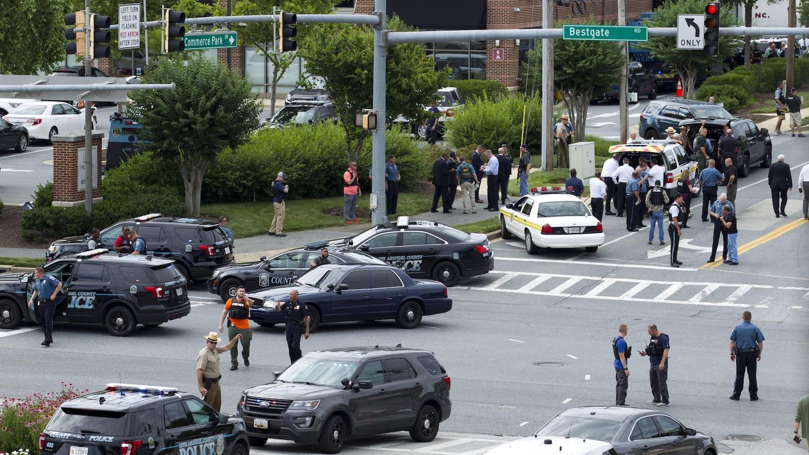 Des véhicules de police et d'urgence sont déployés à l'intersection où sont situés les bureaux du « Capital Gazette » à Annapolis, au Maryland.