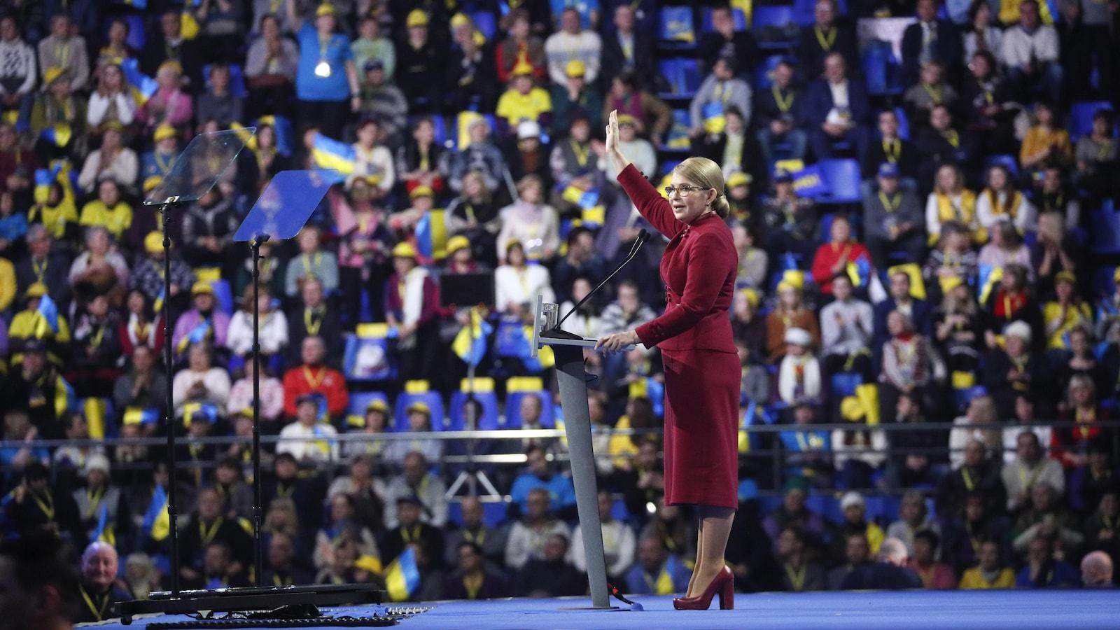 Ioulia Timochenko est sur une scène et salue la foule nombreuse.