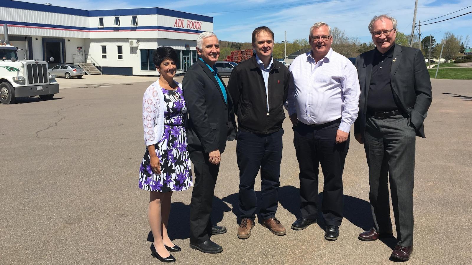 Le premier ministre Wade MacLauchlan devant le siège social d'Amalgamated Dairies Limited, à Summerside.