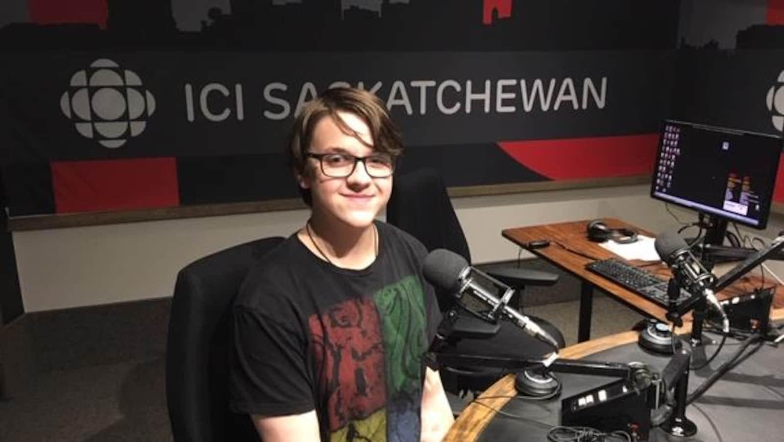 Isaac Mulder est dans le studio radio de Radio-Canada en Saskatchewan.