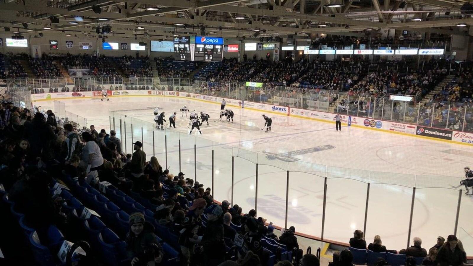 Mise en jeu au début du second match de la série entre les Islanders et les Screaming Eagles, le 23 mars 2019 à Charlottetown.