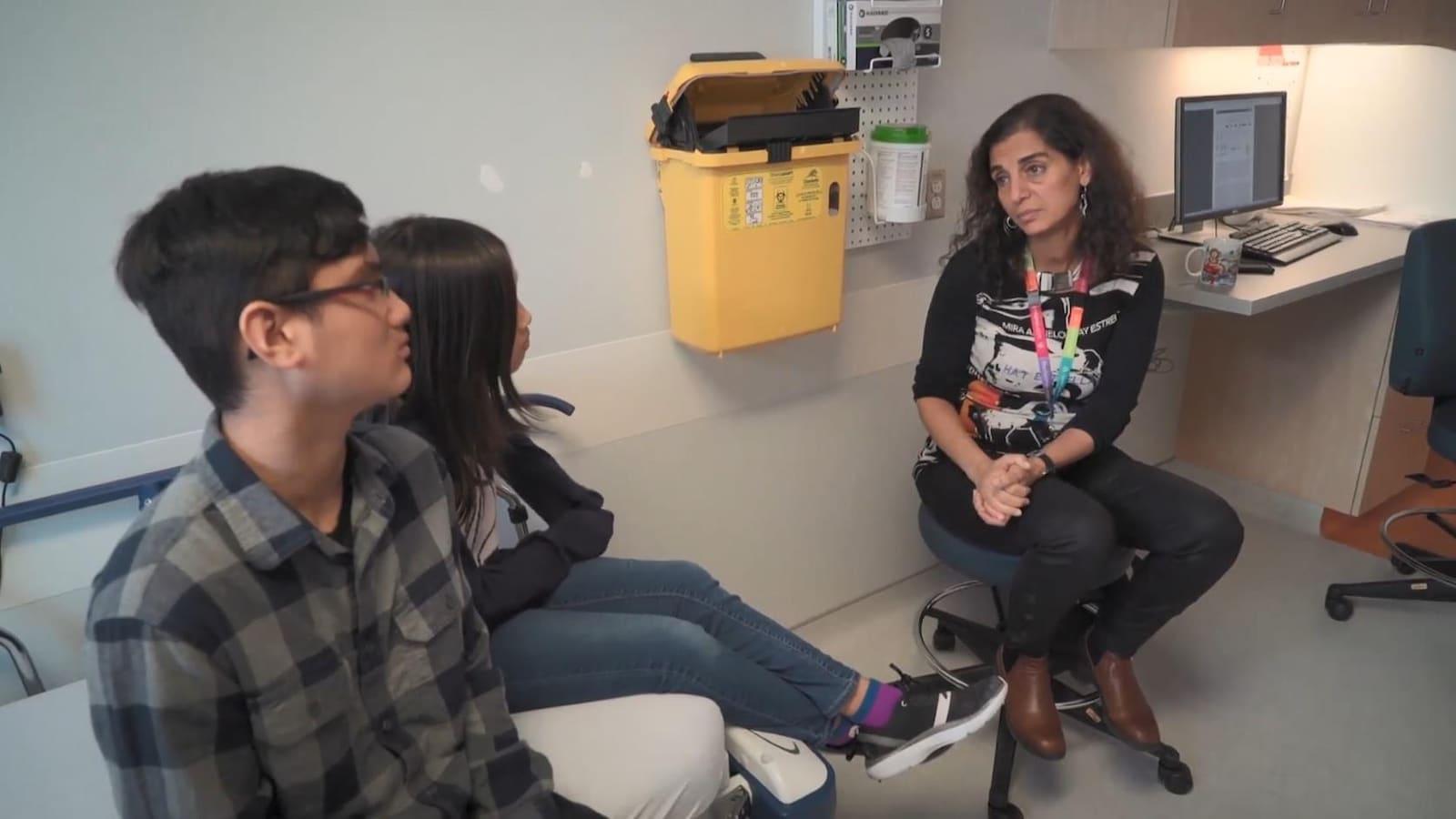 La Dre Nada Jabado, hémato-oncologue pédiatre à l'Institut de recherche du Centre universitaire de santé McGill, s'entretient avec Thomas et Meagan Trinh.