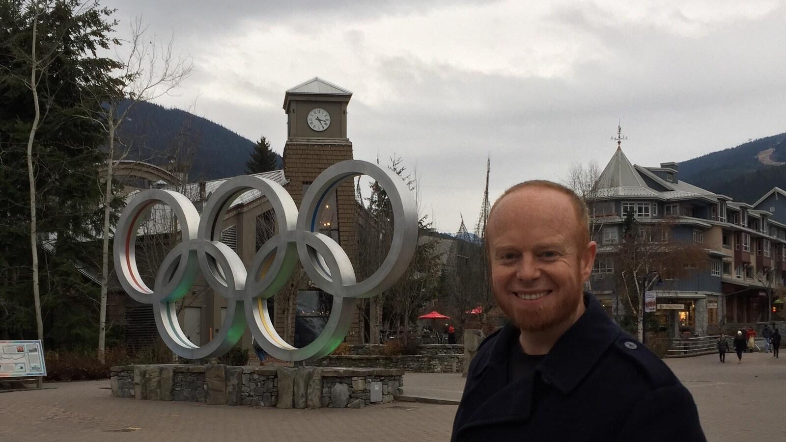 Le maire Jack Crompton devant les anneaux olympiques.