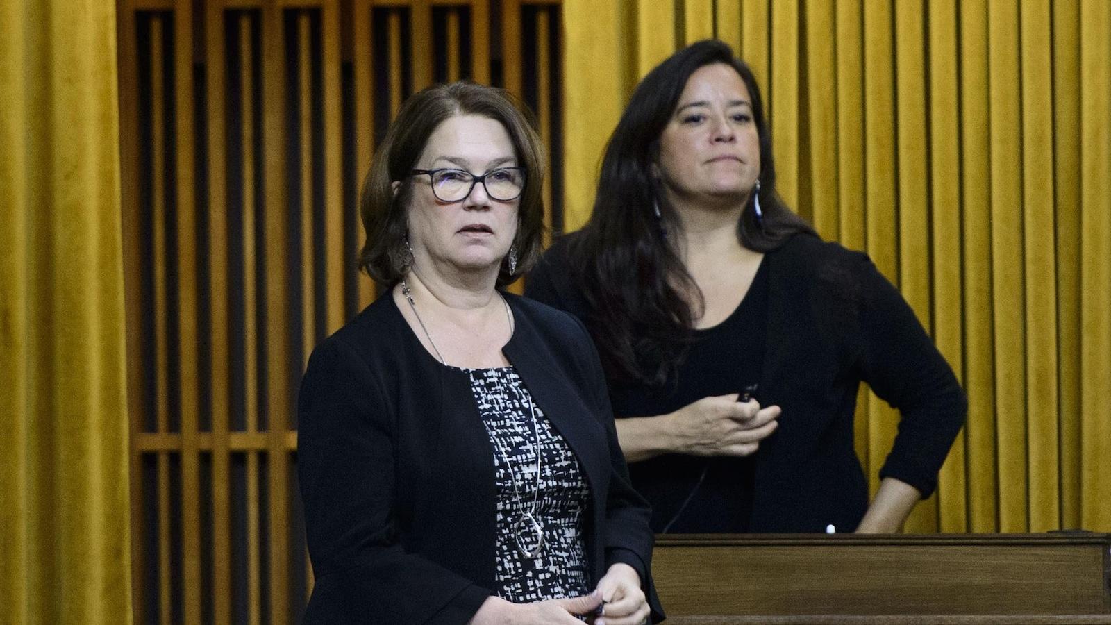 Jane Philpott et Jody Wilson-Raybould, debout à la Chambre des communes.