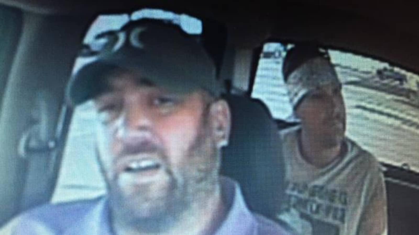 Jason Klaus, assis à l'avant d'une voiture, et Joshua Frank, assis à l'arrière.