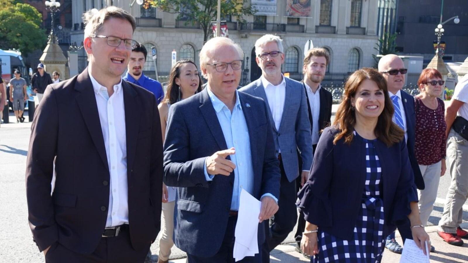 Jean-François Lisée marche en compagnie de Sylvain Gaudreault et de Véronique Hivon en direction du parlement à Ottawa.