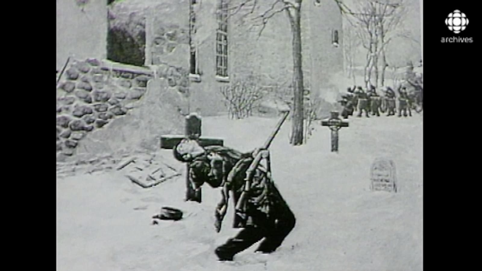 Le patriote en train de mourir sur le champ de bataille, devant l'église incendiée.