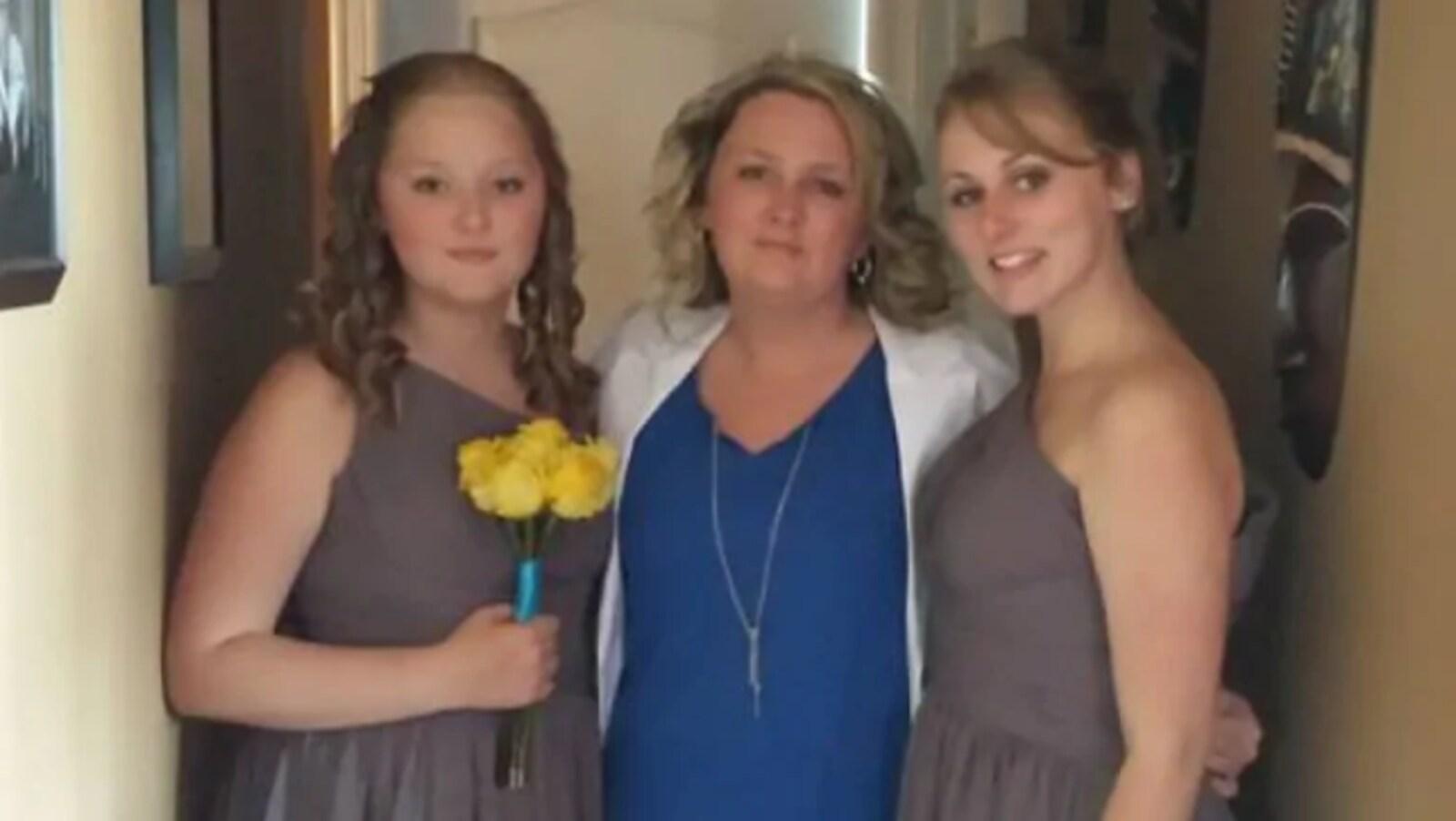 Jennifer Hillier-Penney et ses deux filles qui s'enlacent.