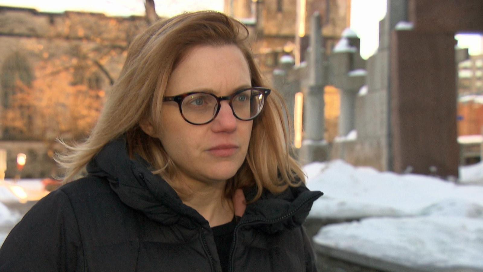Jessica Adley répond aux questions d'un journaliste.