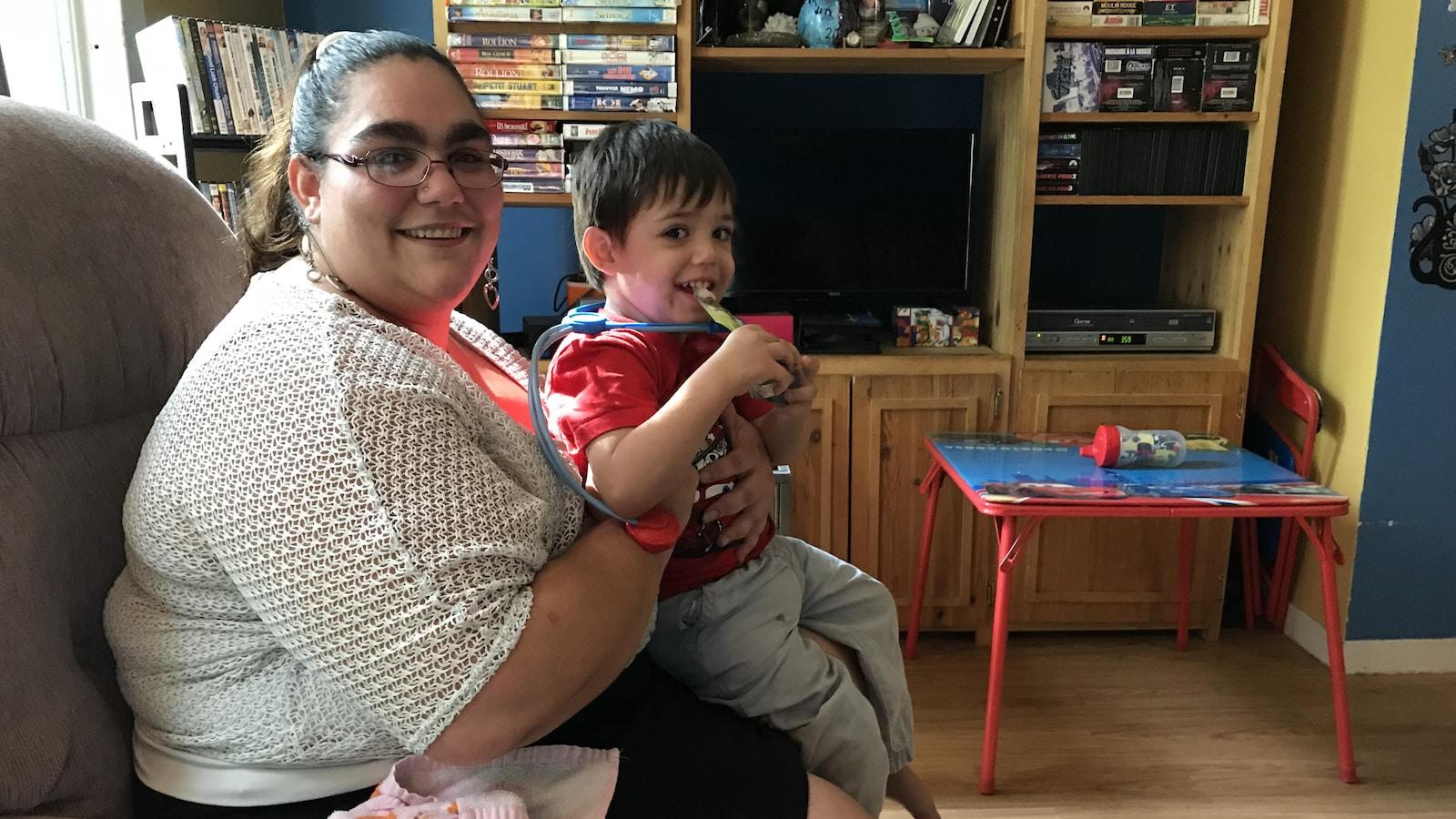 Jessika Labrecque s'occupe seule de ses deux enfants. On la voit ici avec son plus fils, Kaysen.