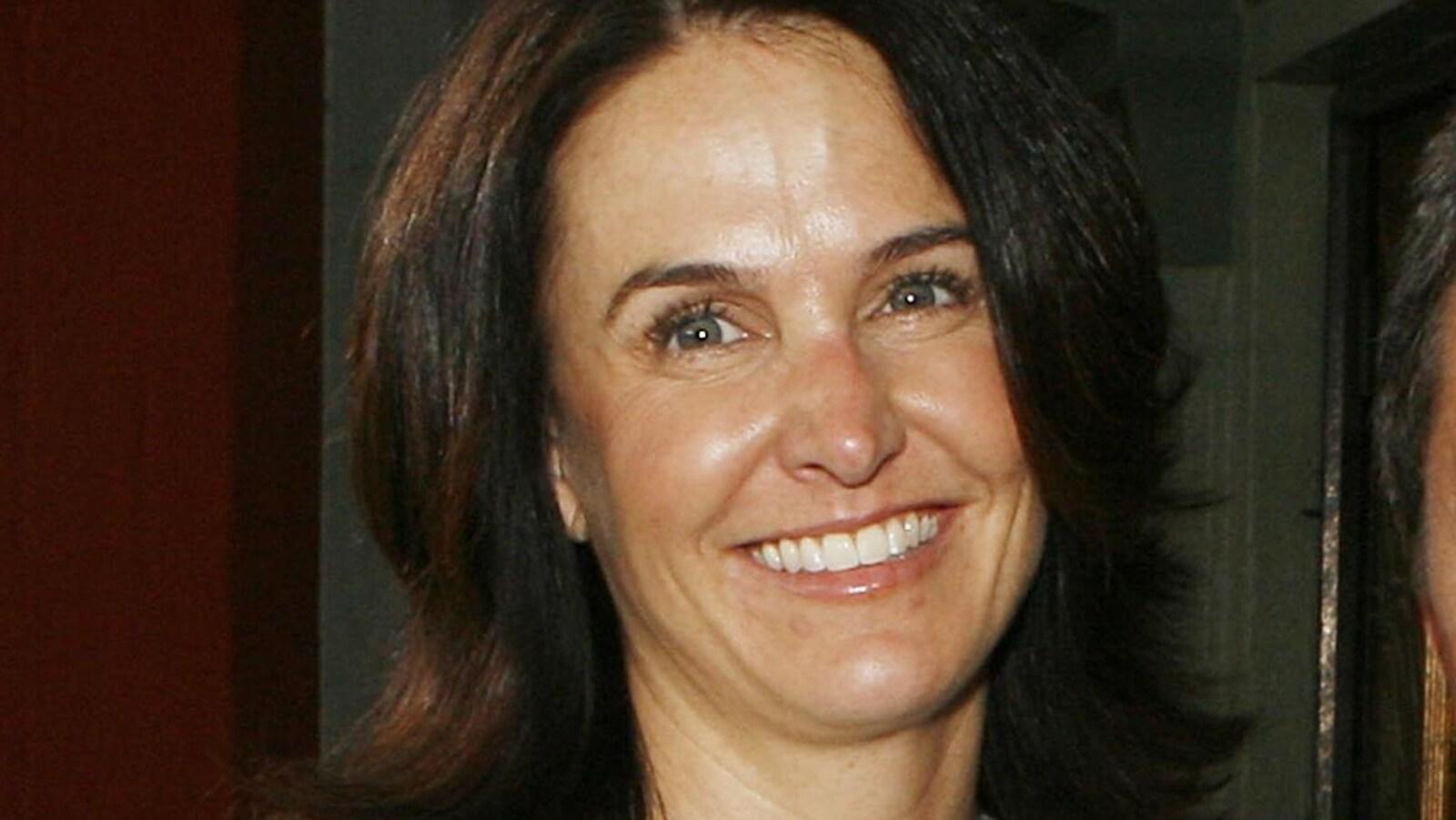 La productrice Jill Messick sourit et pose aux côtés d'un homme lors de la première d'un film en 2007.