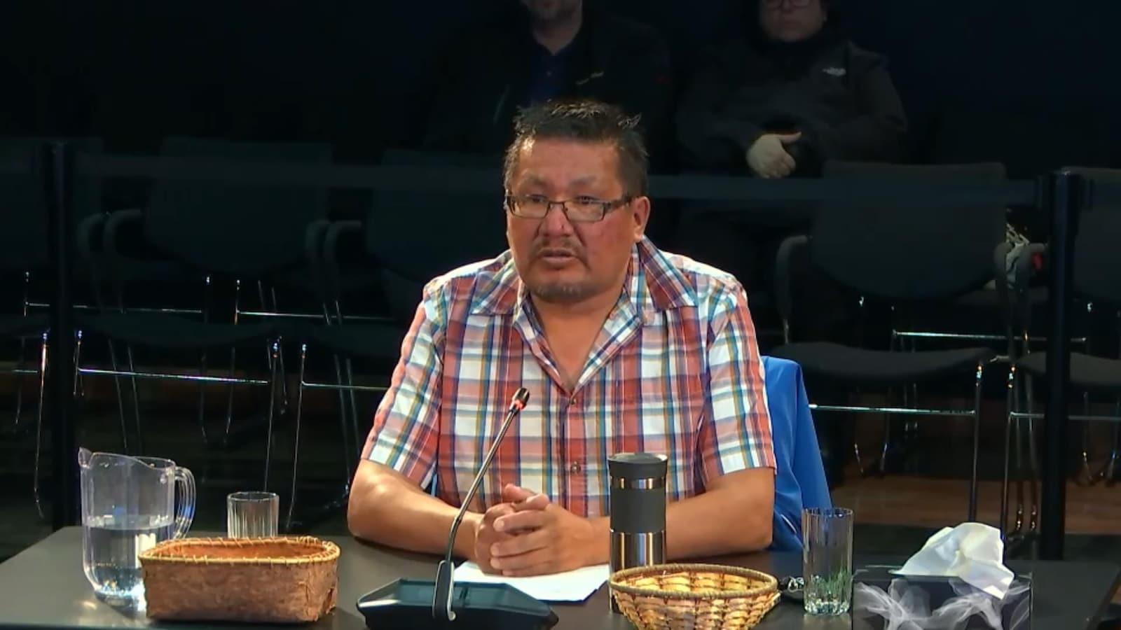 Un homme autochtone témoigne lors d'une commission d'enquête.