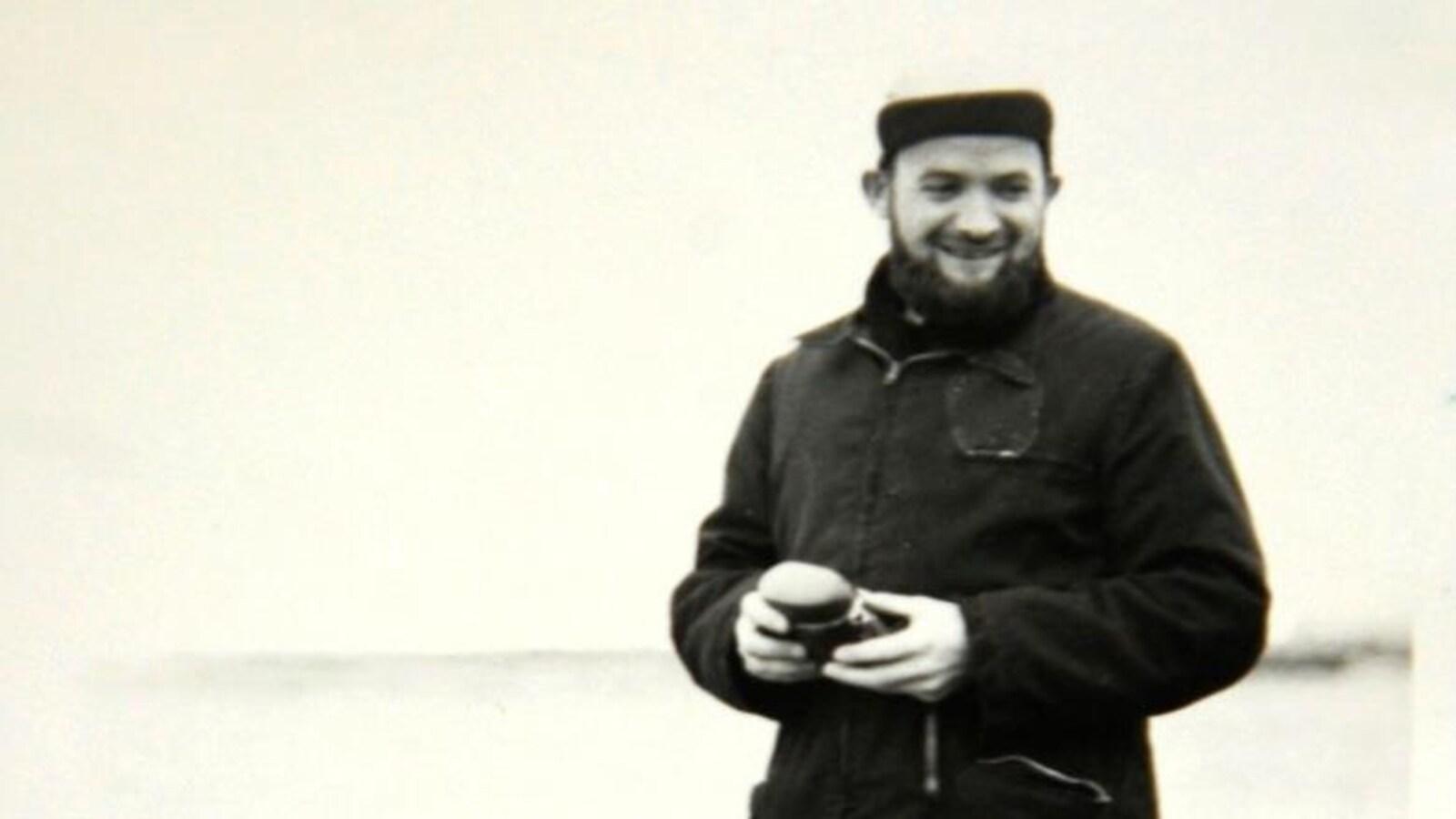 Un homme sur une photo en noir et blanc.
