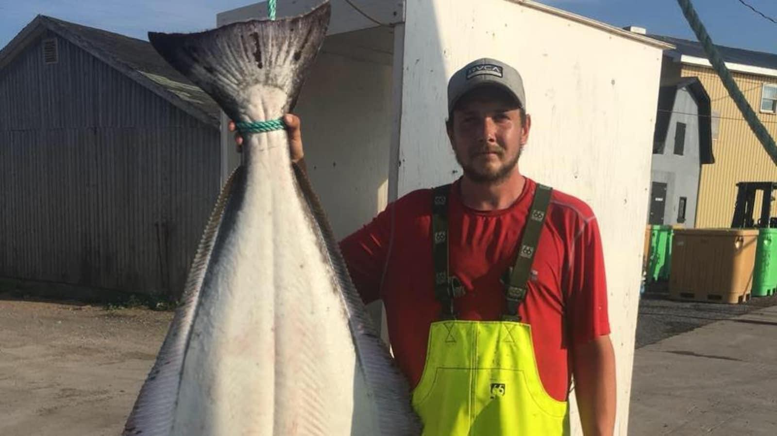 Une photo du jeune pêcheur avec un poisson.