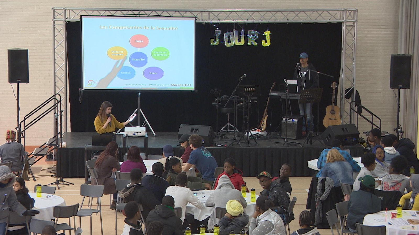 Des jeunes écoutent une personne parlant des différentes comparantes de la sexualité.