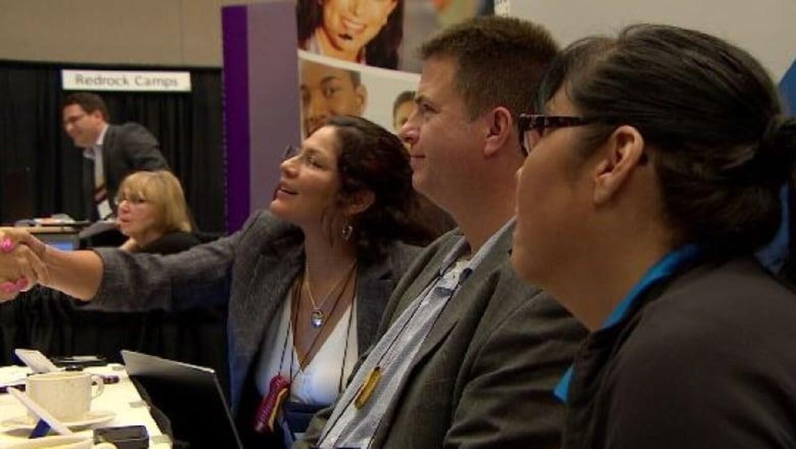 Des participants assis à une table lors d'une journée de réseautage avec des entrepreneurs autochtones à Saskatoon.