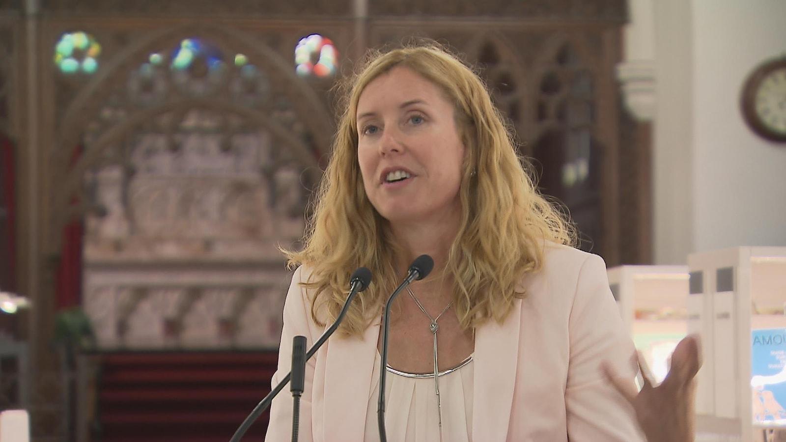 La vice-présidente du comité exécutif, Julie Lemieux, lors de l'inauguration de la bibliothèque Claire-Martin