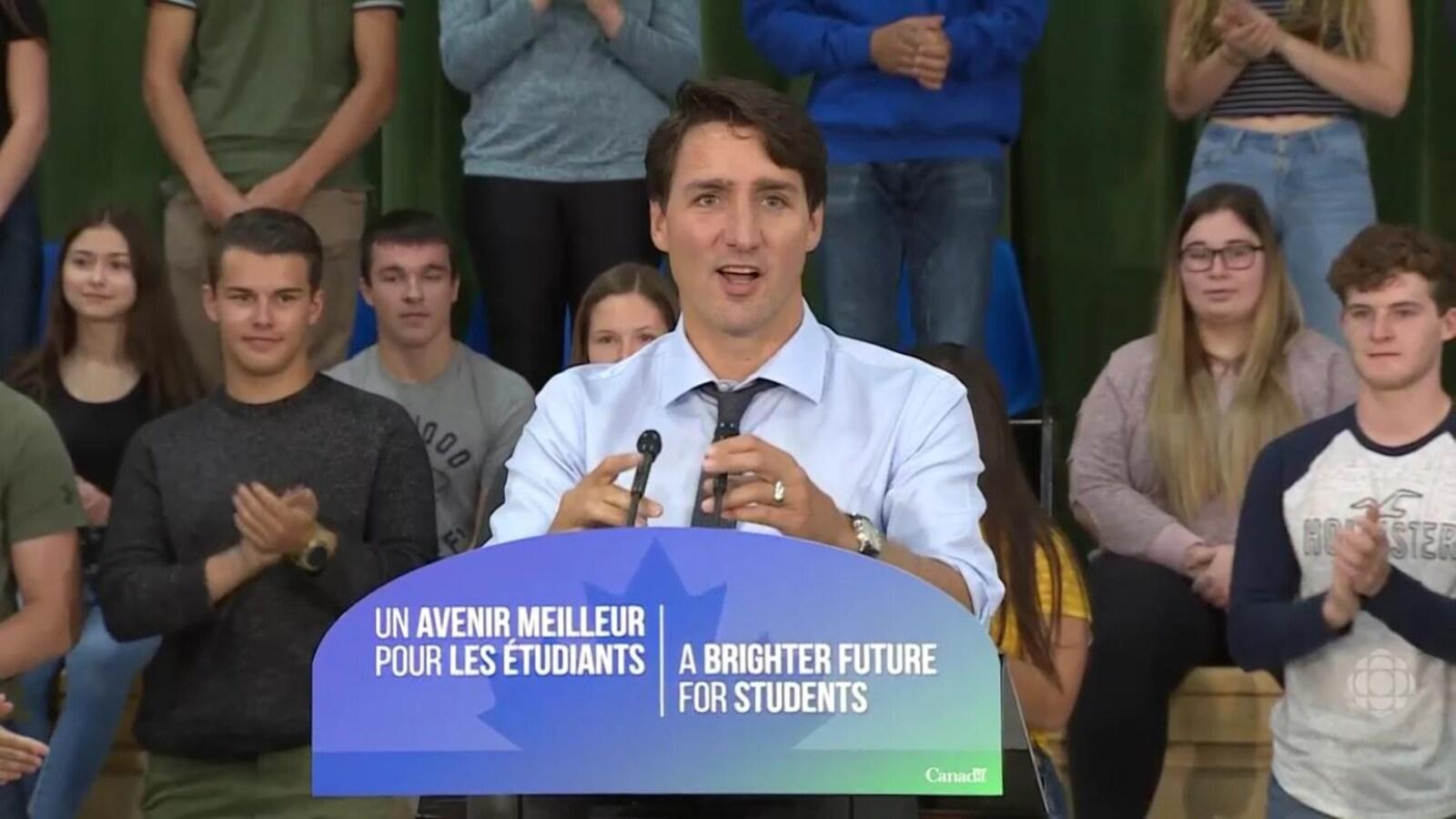 Justin Trudeau devant les jeunes à Kapuskasing.