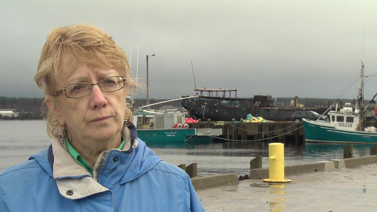 Karen Mattatall dans le port devant des bateaux.