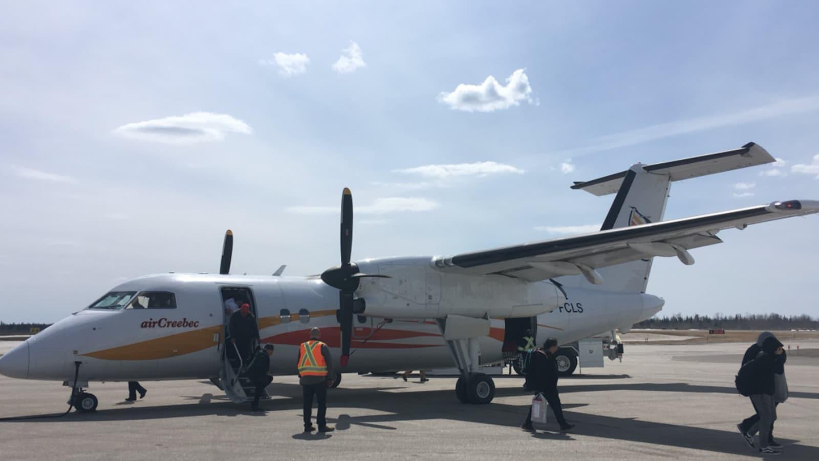 Des personnes débarquent d'un avion de la compagnie Air Creebec.