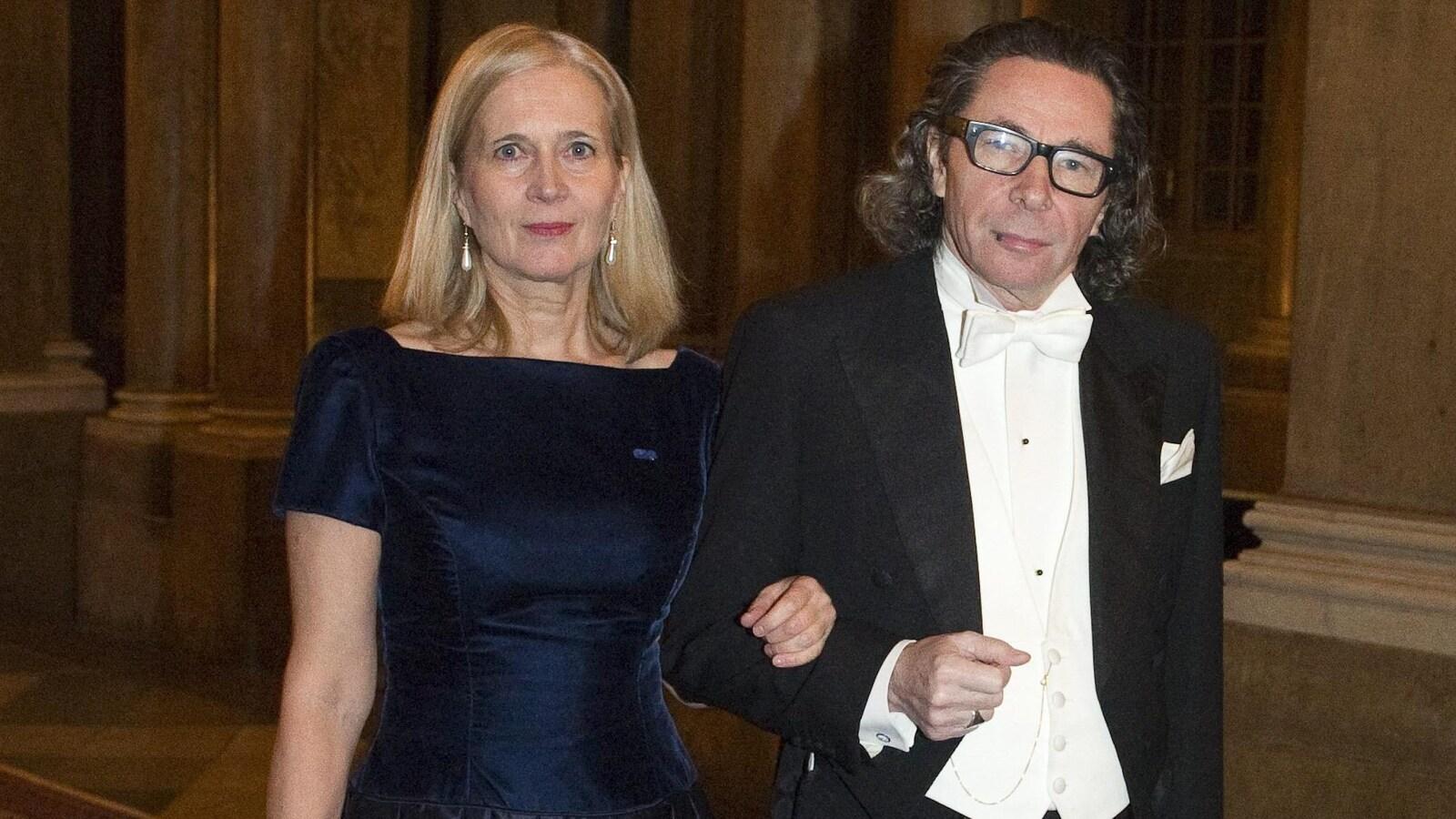 La poète Katarina Frostenson et son mari, Jean-Claude Arnault, prennent la pose en habits de soirée dans un couloir au Palais royal, à Stockholm.