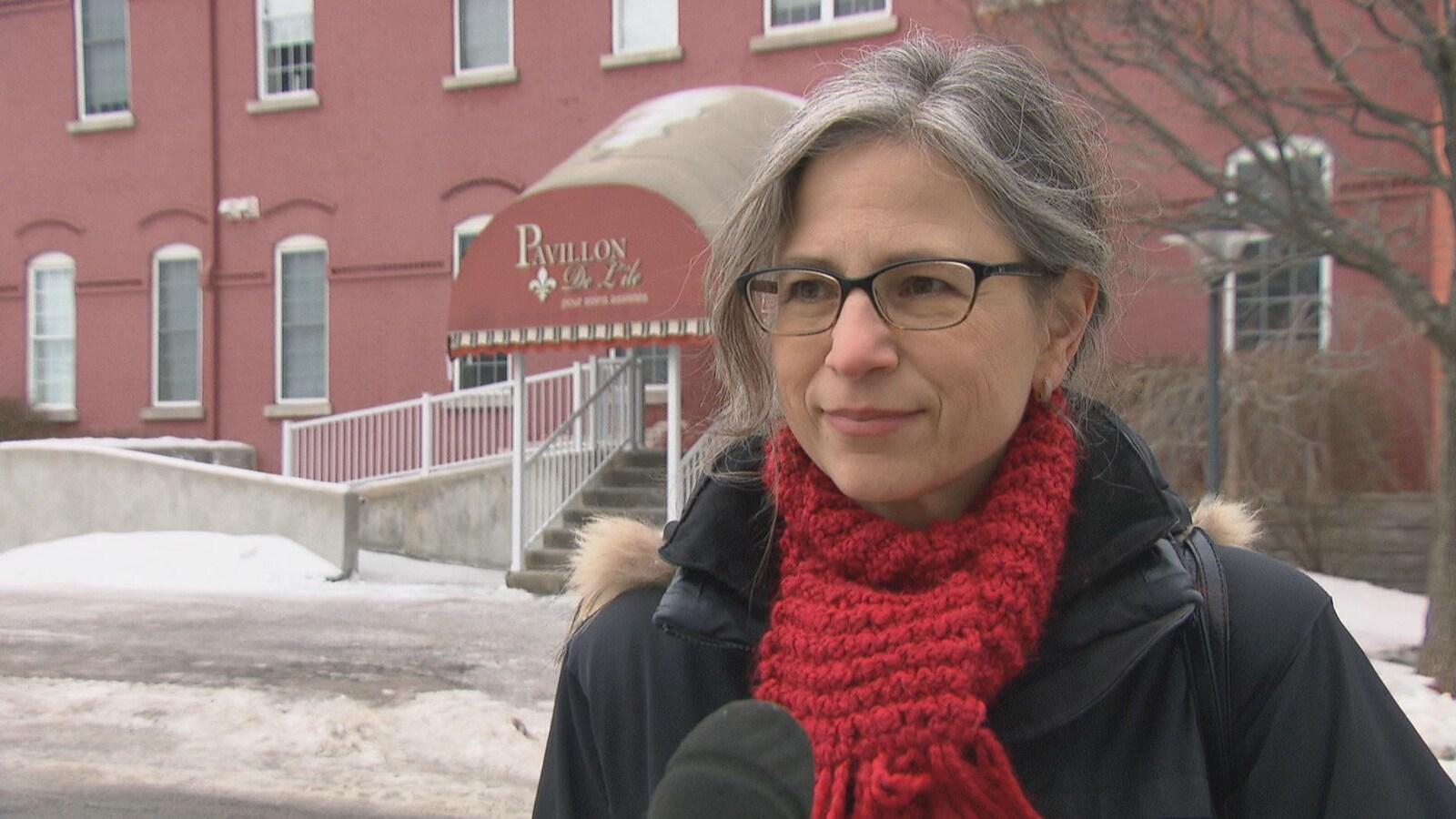 Kate Helwig en entrevue à Radio-Canada devant l'ancien presbytère Très-Saint-Rédempteur à Hull.