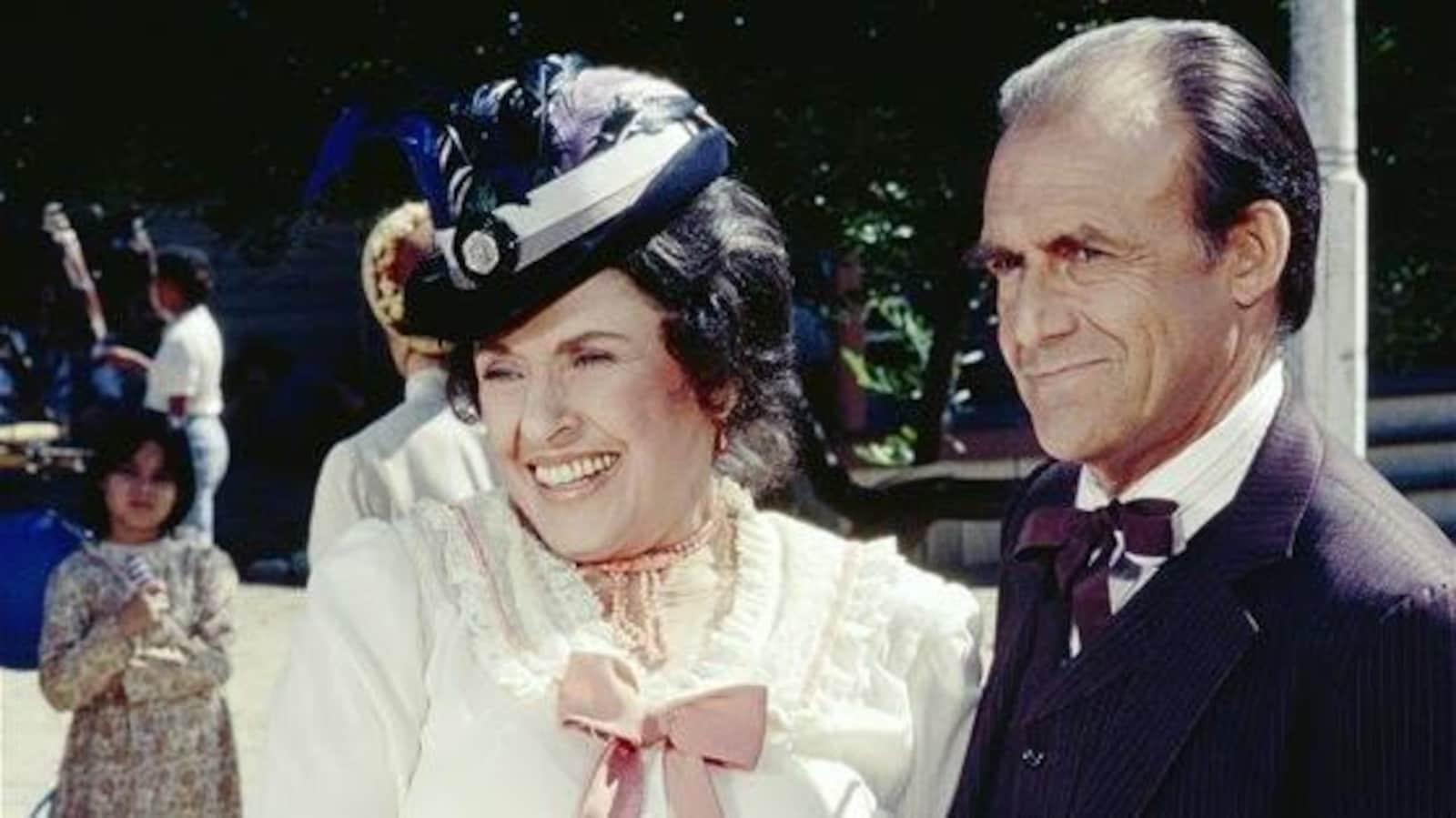 Katherine MacGregor sourit aux côtés d'un homme qui la tient par le bras dans un épisode de « La petite maison dans la prairie ».