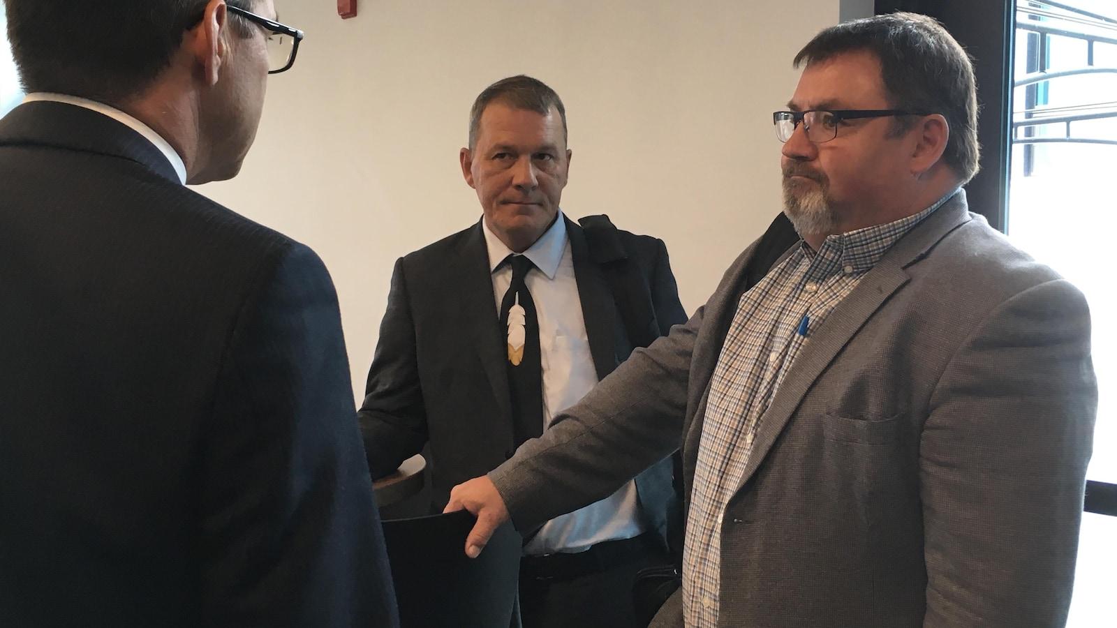 À gauche, le chef de Kebaowek Lance Haymond et à droite, David McLaren