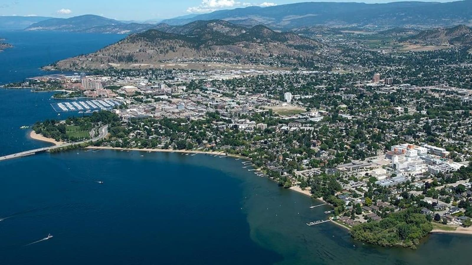 Vue aérienne de la ville de Kelowna, sur le bord du lac Okanagan.