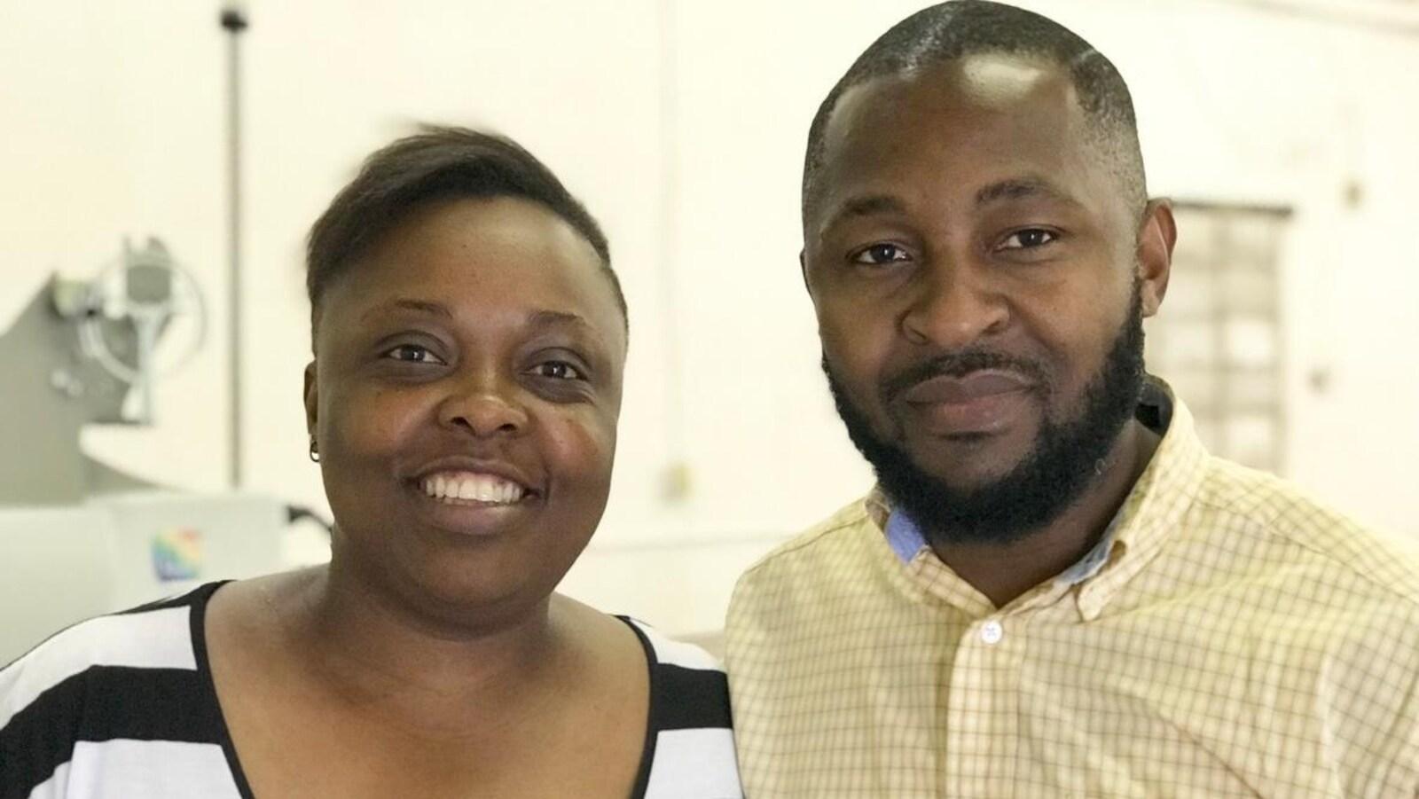 Le couple d'entrepreneur regarde la caméra.