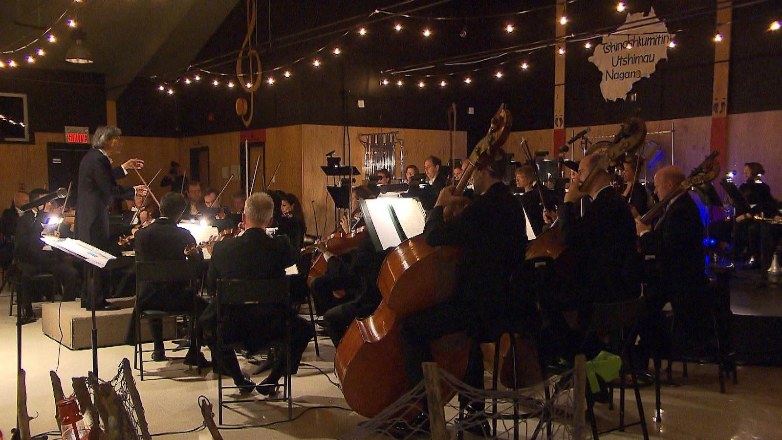 L'orchestre symphonique joue de la musique