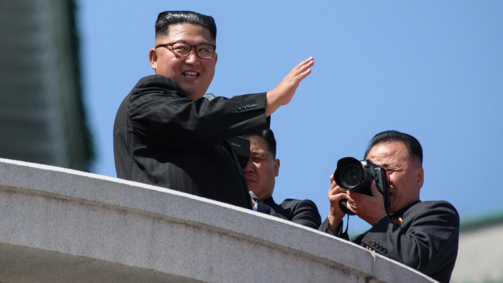 Le leader nord-coréen Kim Jong-un salue la foule lors de sa visite à Pékin.