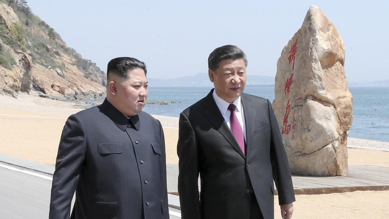Xi Jinping et Kim Jong-un marchent ensemble.