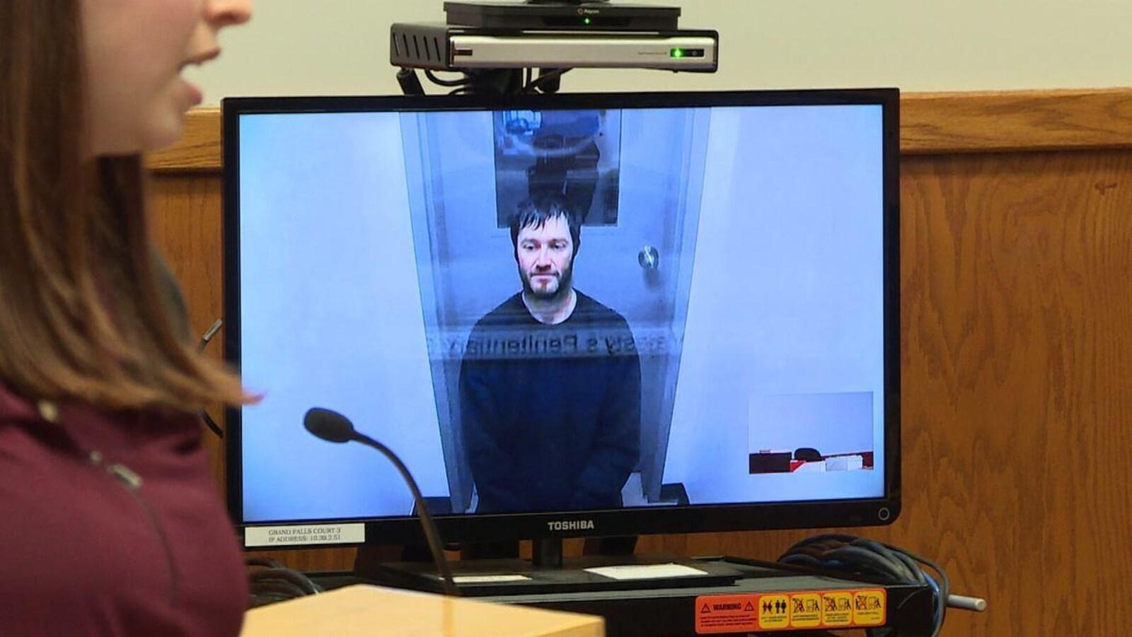 Kirk Keeping apparaît sur un écran d'ordinateur alors qu'il comparaît par vidéoconférence à partir du Pénitencier.
