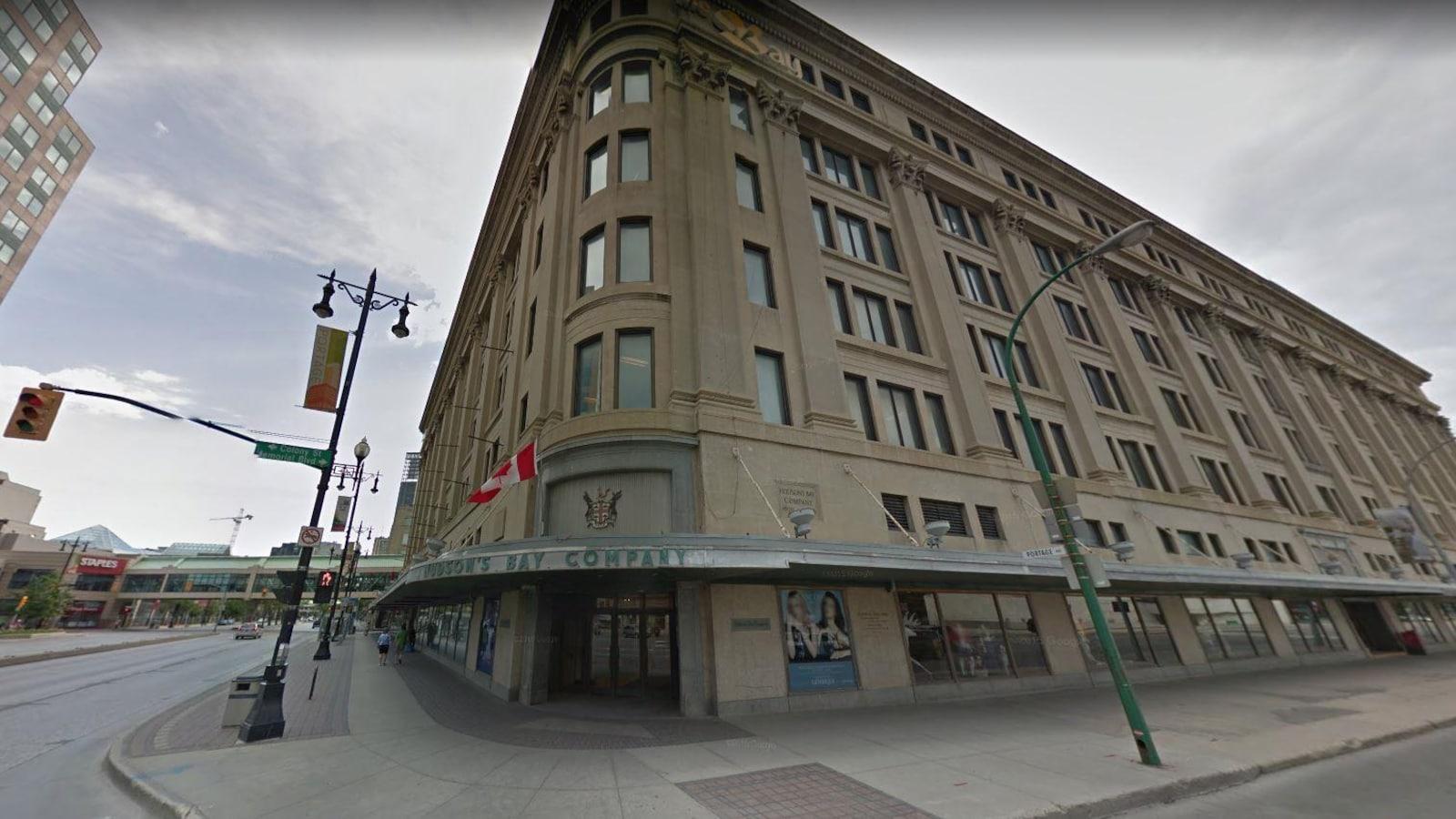 Capture d'écran d'une vue Google Street du bâtiment, de face : on voit la devanture qui indique Hudson's Bay Company, et les grandes façades, un jour d'été.