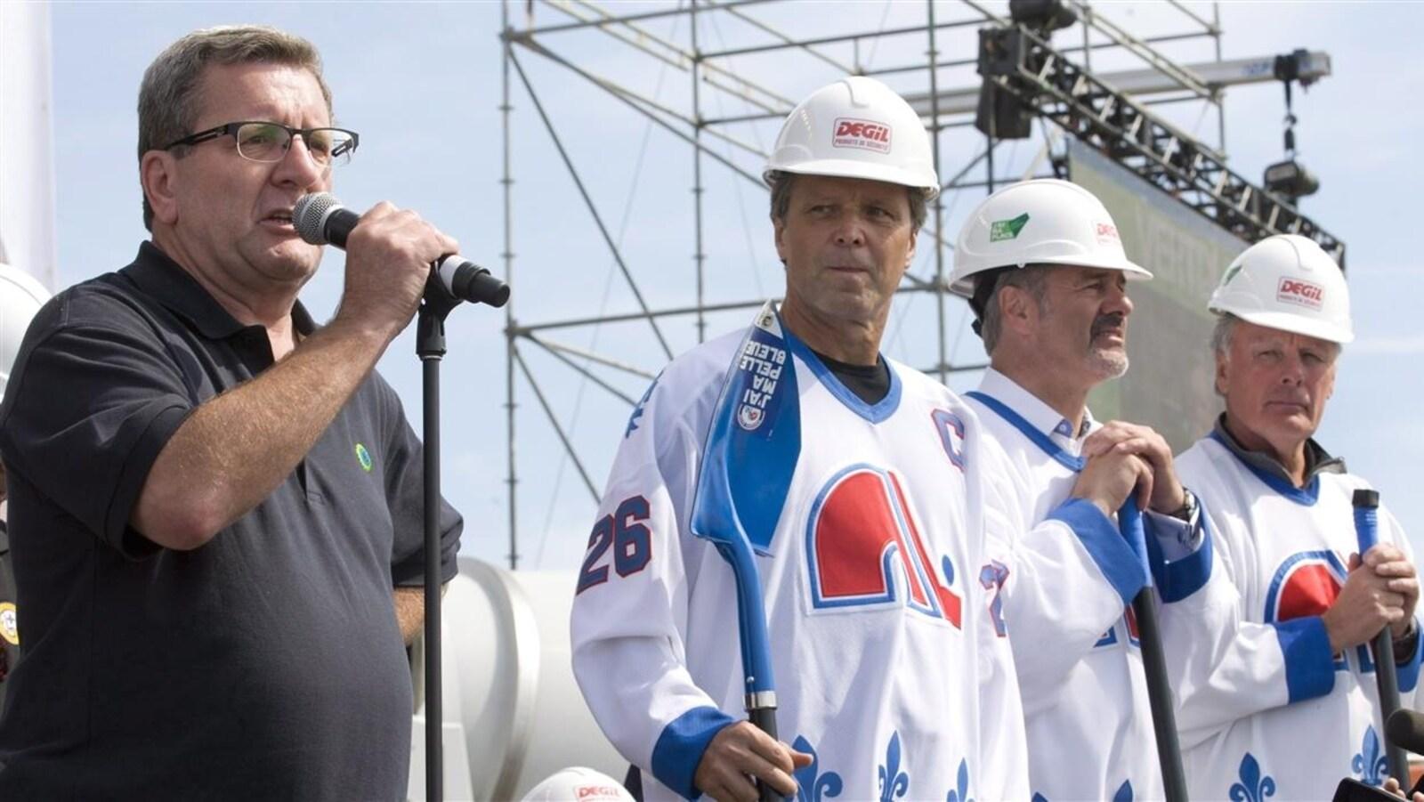 Le maire de Québec, Régis Labeaume, avec les anciens Nordiques Peter Stastny, Michel Goulet et Marc Tardif
